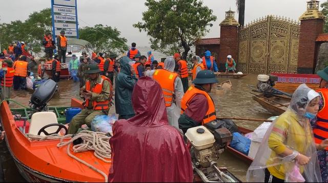 Hàng trăm đoàn thiện nguyện hướng về Quảng Bình, cứu trợ người dân vùng lũ - 3