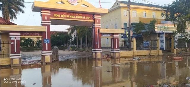 Lũ rút, các bệnh viện ngập sâu tại Quảng Bình đón bệnh nhân trở lại - 1