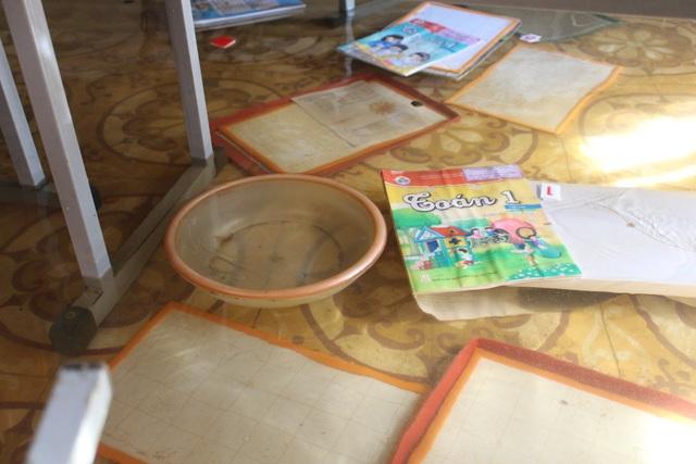 Hà Tĩnh: Giáo viên bì bõm lội nước cứu sách vở của học trò - 5