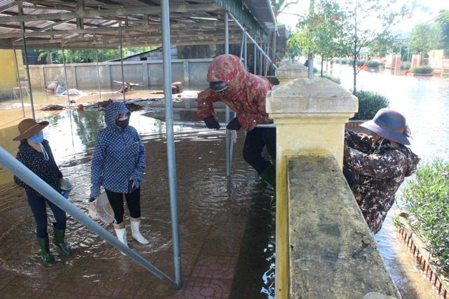 Hà Tĩnh: Giáo viên bì bõm lội nước cứu sách vở của học trò - 3