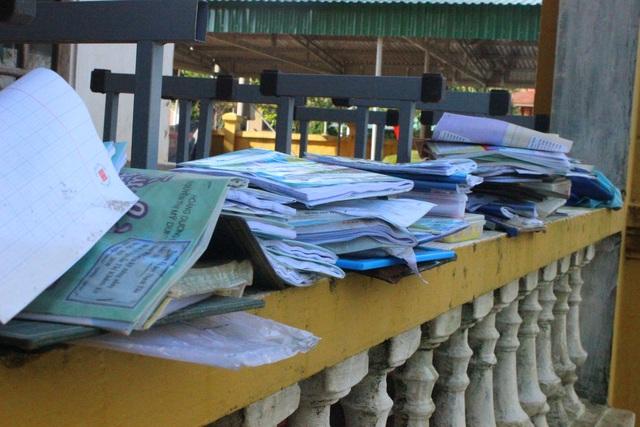Hà Tĩnh: Giáo viên bì bõm lội nước cứu sách vở của học trò - 7