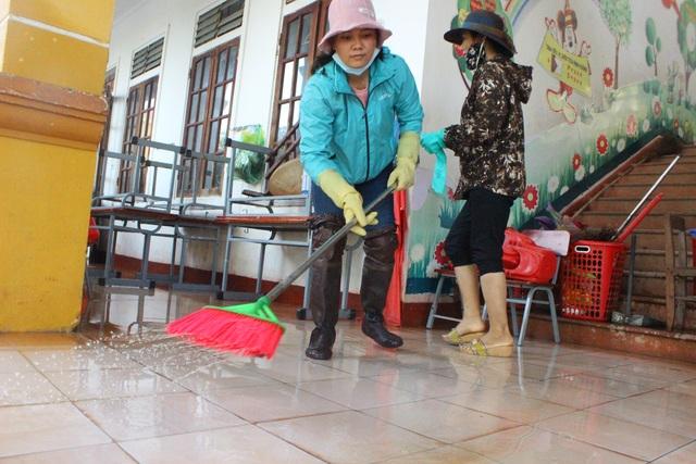 Hà Tĩnh: Giáo viên bì bõm lội nước cứu sách vở của học trò - 8