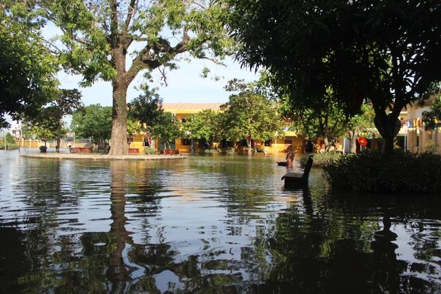 Hà Tĩnh: Giáo viên bì bõm lội nước cứu sách vở của học trò - 2