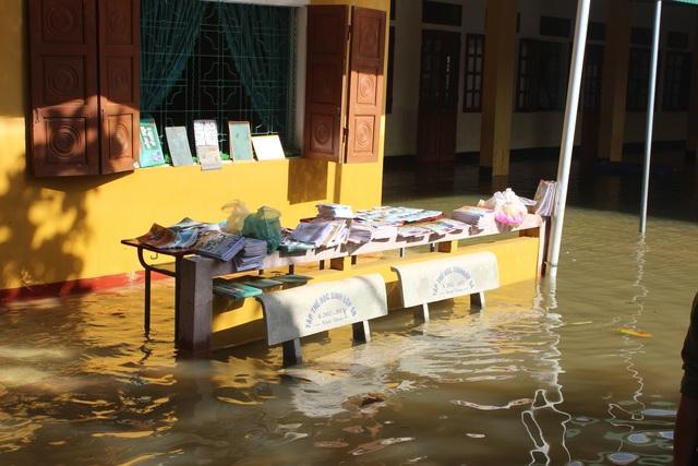 Hà Tĩnh: Giáo viên bì bõm lội nước cứu sách vở của học trò - 10