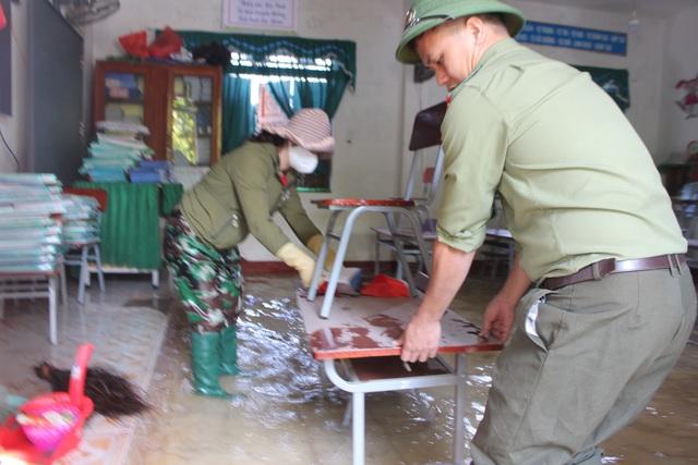 Hà Tĩnh: Giáo viên bì bõm lội nước cứu sách vở của học trò - 9