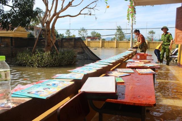 Hà Tĩnh: Giáo viên bì bõm lội nước cứu sách vở của học trò - 11