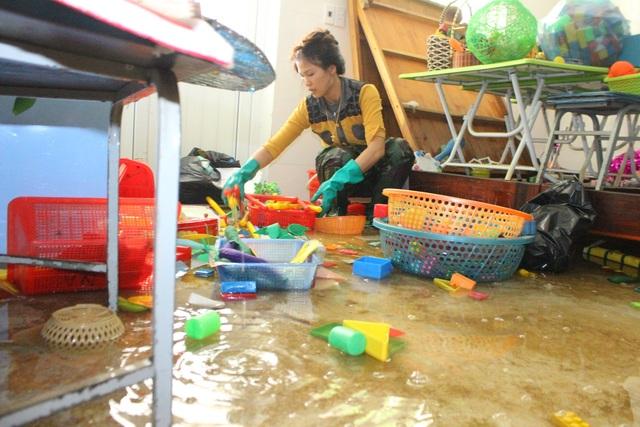 Hà Tĩnh: Giáo viên bì bõm lội nước cứu sách vở của học trò - 16