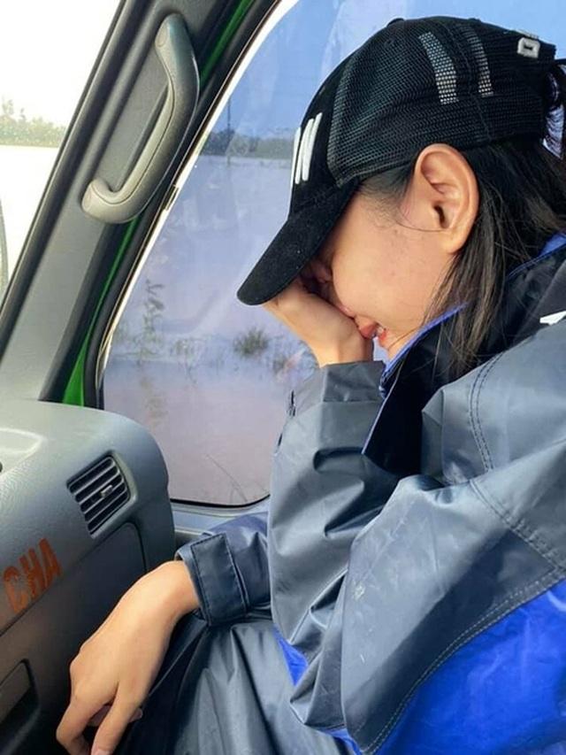 Chồng Lê Thúy rớt nước mắt vì thương vợ vất vả cứu trợ vùng lũ - 3