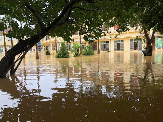 Lũ rút, các bệnh viện ngập sâu tại Quảng Bình đón bệnh nhân trở lại - 3