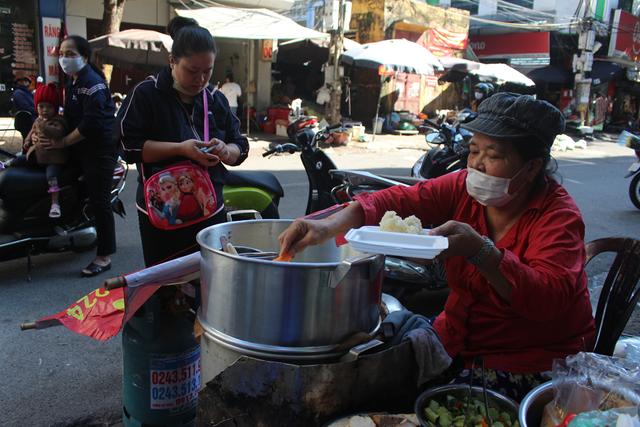 """Kỳ lạ món ăn độn nhà nghèo thời bao cấp, thành đặc sản """"xếp hàng"""" ở Hà Nội - 6"""