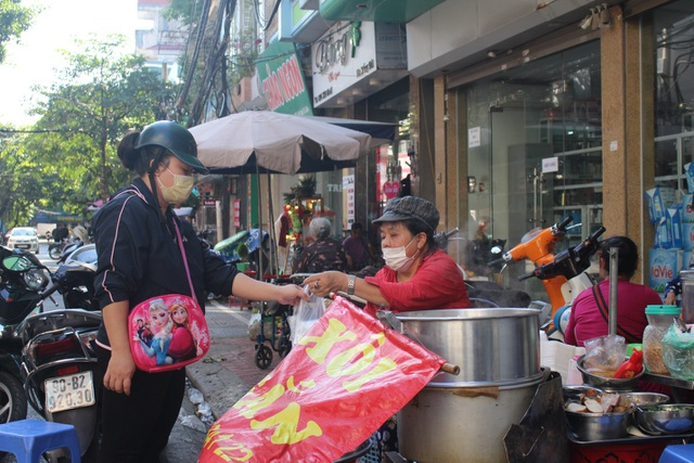 """Kỳ lạ món ăn độn nhà nghèo thời bao cấp, thành đặc sản """"xếp hàng"""" ở Hà Nội - 8"""