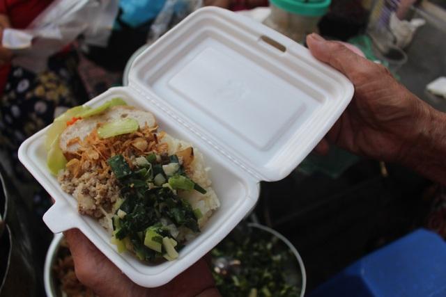 """Kỳ lạ món ăn độn nhà nghèo thời bao cấp, thành đặc sản """"xếp hàng"""" ở Hà Nội - 11"""