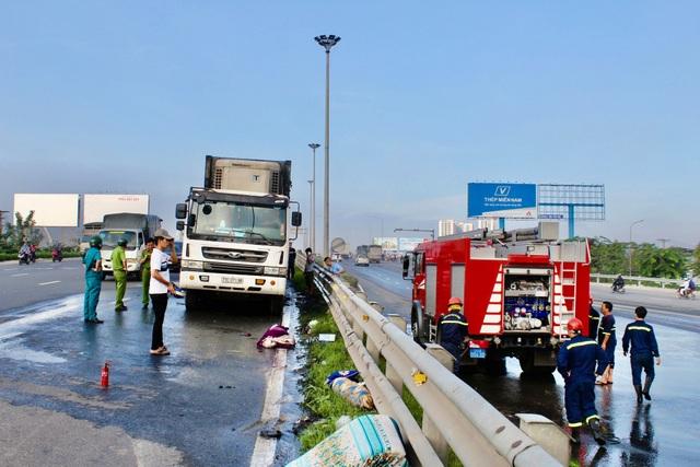 Xe container cháy dữ dội khi đang đổ dốc cầu Đồng Nai - 3