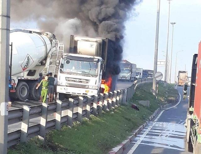Xe container cháy dữ dội khi đang đổ dốc cầu Đồng Nai - 1