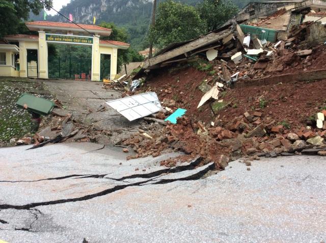 Điểm danh các đoạn đường ngập lụt, sạt lở tại miền Trung - 2