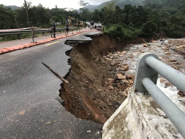 Điểm danh các đoạn đường ngập lụt, sạt lở tại miền Trung - 3