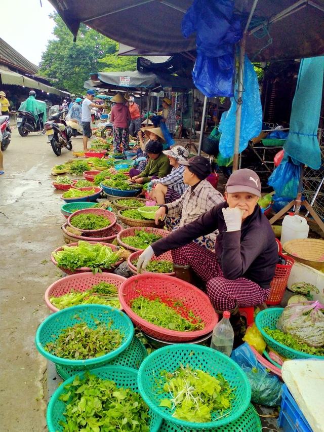 Mưa lũ kéo dài, giá rau xanh tăng cao, người bán người mua đều khó khăn - 2