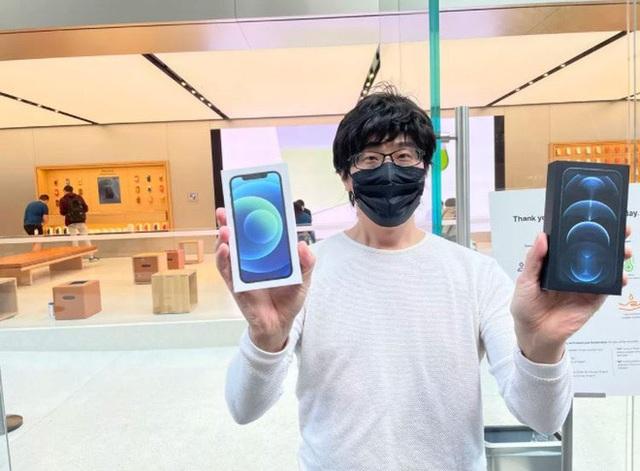 Bất chấp Covid-19, dân tình vẫn xếp hàng dài chờ mua iPhone 12 - 2