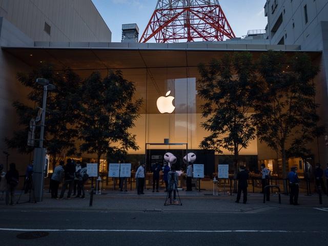 Bất chấp Covid-19, dân tình vẫn xếp hàng dài chờ mua iPhone 12 - 5