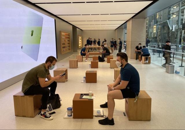 Bất chấp Covid-19, dân tình vẫn xếp hàng dài chờ mua iPhone 12 - 7