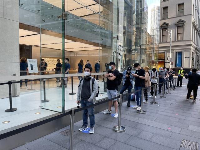 Bất chấp Covid-19, dân tình vẫn xếp hàng dài chờ mua iPhone 12 - 1