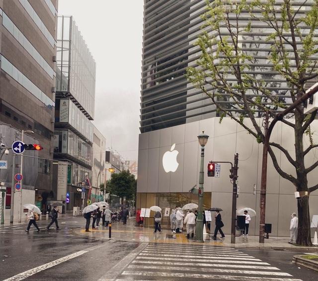 Bất chấp Covid-19, dân tình vẫn xếp hàng dài chờ mua iPhone 12 - 4