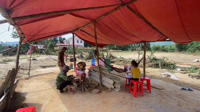 Lũ rút, về nhà chỉ còn bãi đất trống, gia đình nheo nhóc căng bạt ở tạm - 4