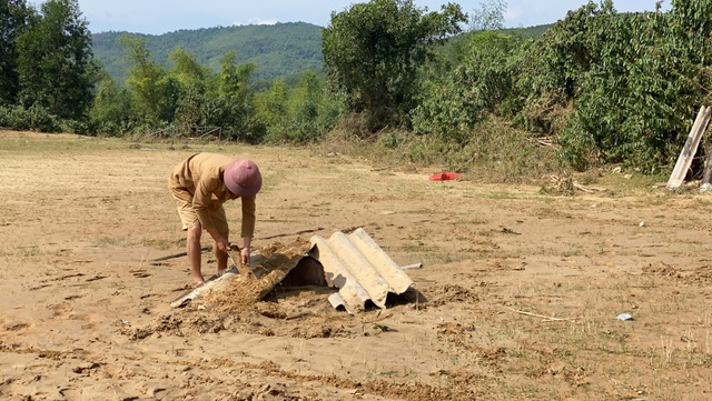Lũ rút, về nhà chỉ còn bãi đất trống, gia đình nheo nhóc căng bạt ở tạm - 5