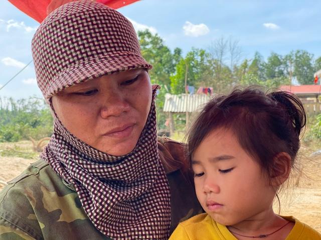 Lũ rút, về nhà chỉ còn bãi đất trống, gia đình nheo nhóc căng bạt ở tạm - 11