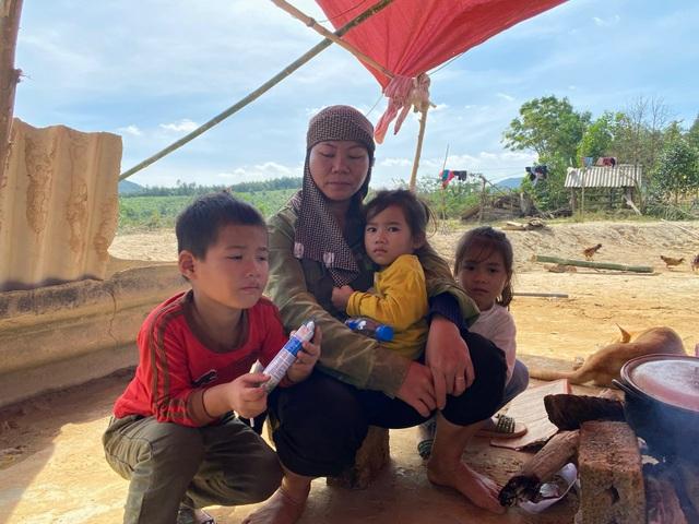Lũ rút, về nhà chỉ còn bãi đất trống, gia đình nheo nhóc căng bạt ở tạm - 12