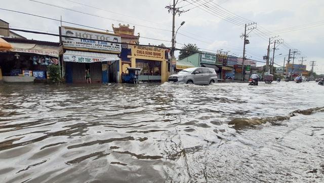 Khốn khổ với con đường biến thành sông sau một đêm mưa ở Sài Gòn - 1