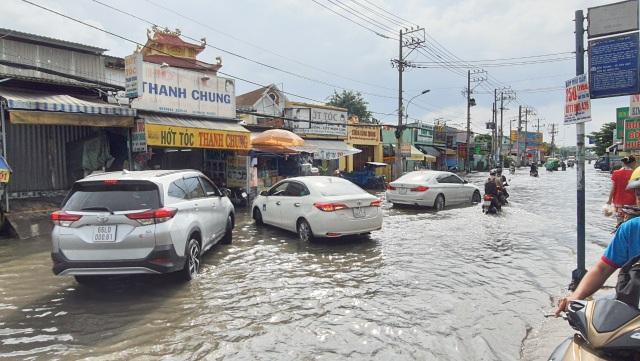 Khốn khổ với con đường biến thành sông sau một đêm mưa ở Sài Gòn - 9