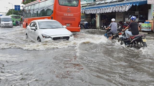 Khốn khổ với con đường biến thành sông sau một đêm mưa ở Sài Gòn - 10
