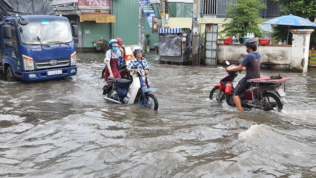 Khốn khổ với con đường biến thành sông sau một đêm mưa ở Sài Gòn - 2