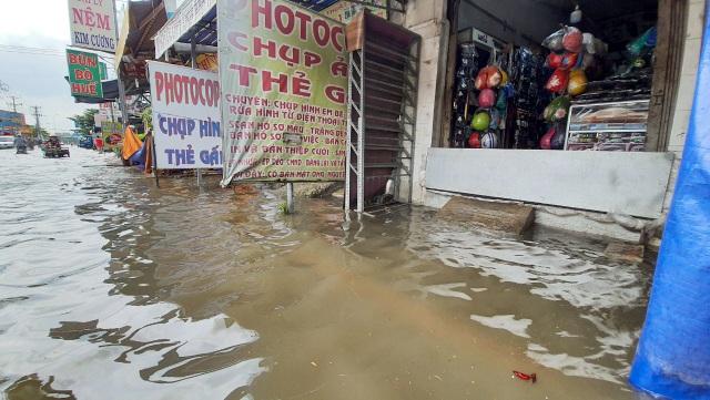 Khốn khổ với con đường biến thành sông sau một đêm mưa ở Sài Gòn - 4