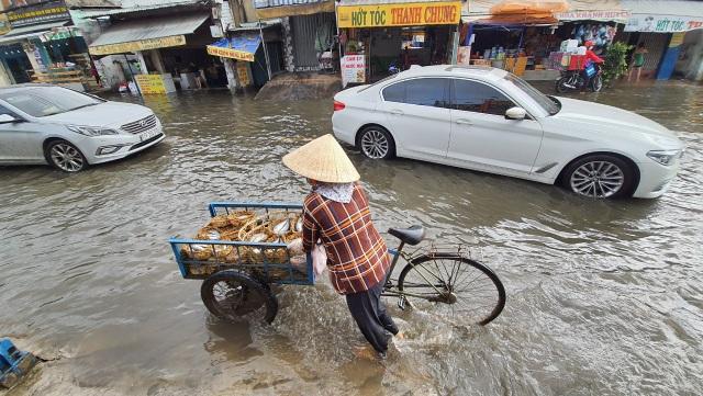 Khốn khổ với con đường biến thành sông sau một đêm mưa ở Sài Gòn - 5