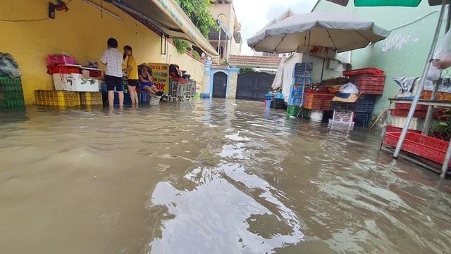 Khốn khổ với con đường biến thành sông sau một đêm mưa ở Sài Gòn - 7