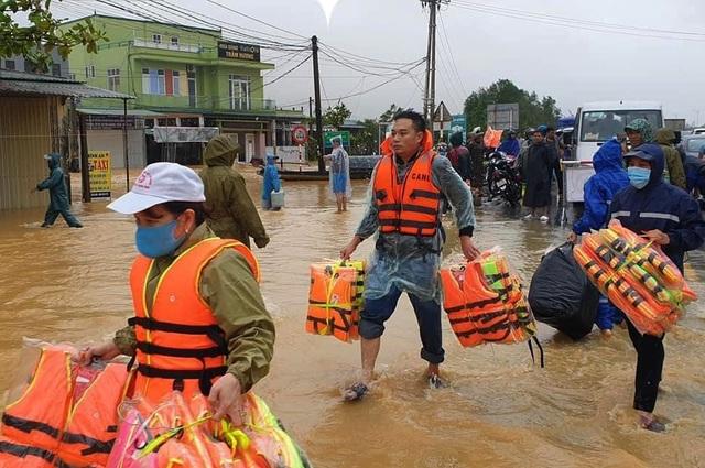 Xuất cấp xuồng, phao cứu sinh hỗ trợ 5 tỉnh khắc phục hậu quả mưa lũ - 1