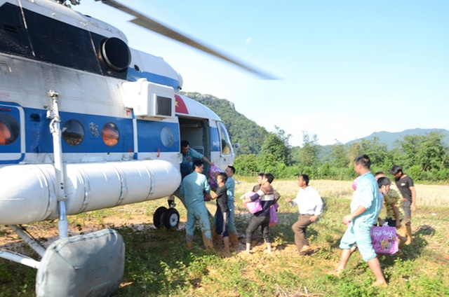 Trực thăng quân đội đưa 2 cán bộ bị thương từ vùng sạt lở đi cấp cứu - 1