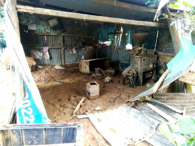 Phóng viên Dân trí cõng muối, gạo hỗ trợ dân tộc Cơ Tu bị lũ quét mất nhà - 1