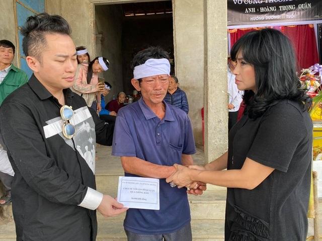 Thanh Lam, Tùng Dương xúc động khi đến thăm người dân vùng lũ lụt Hà Tĩnh - 6