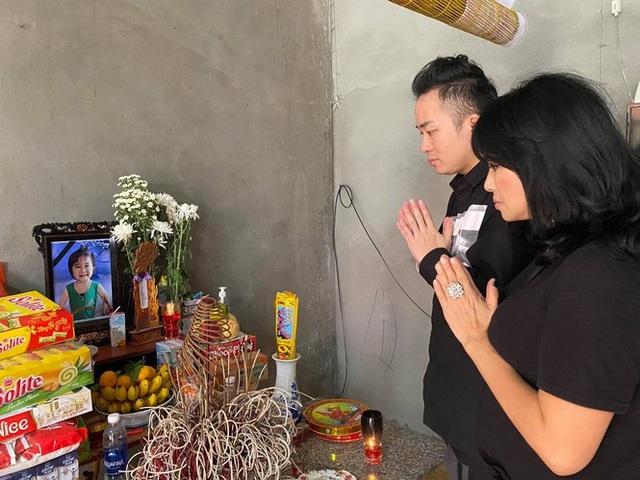 Thanh Lam, Tùng Dương xúc động khi đến thăm người dân vùng lũ lụt Hà Tĩnh - 1
