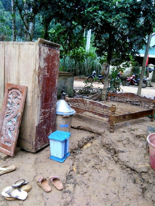Phóng viên Dân trí cõng muối, gạo hỗ trợ dân tộc Cơ Tu bị lũ quét mất nhà - 2