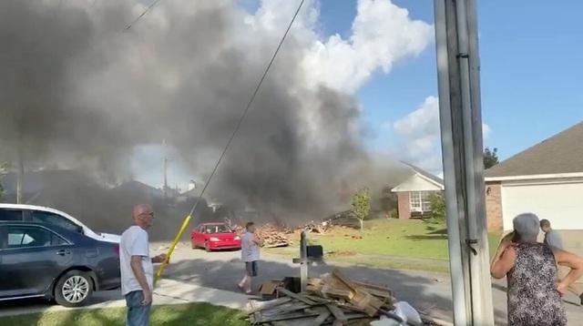 Máy bay quân sự Mỹ lao xuống khu dân cư, 2 người thiệt mạng - 1