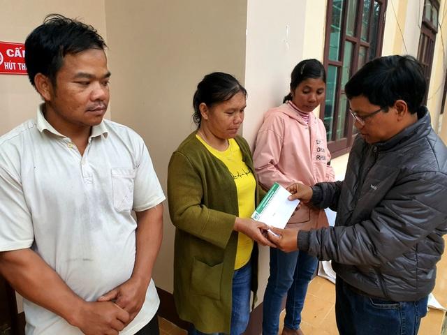 Phóng viên Dân trí cõng muối, gạo hỗ trợ dân tộc Cơ Tu bị lũ quét mất nhà - 4
