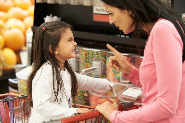 5 hành vi xấu trẻ dễ mắc phải khi cha mẹ mê dùng điện thoại thông minh - 2
