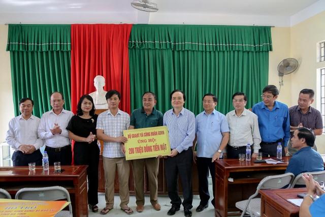 Giáo viên bày tỏ với Bộ trưởng Phùng Xuân Nhạ lo học sinh bị đói sau lũ - 4