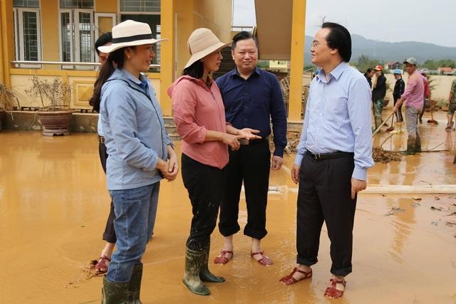 Giáo viên bày tỏ với Bộ trưởng Phùng Xuân Nhạ lo học sinh bị đói sau lũ - 2