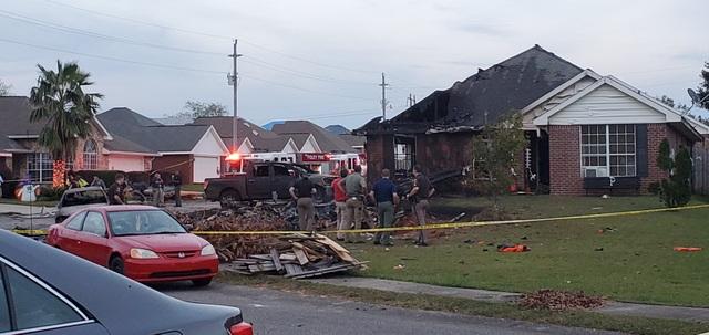 Máy bay quân sự Mỹ lao xuống khu dân cư, 2 người thiệt mạng - 4