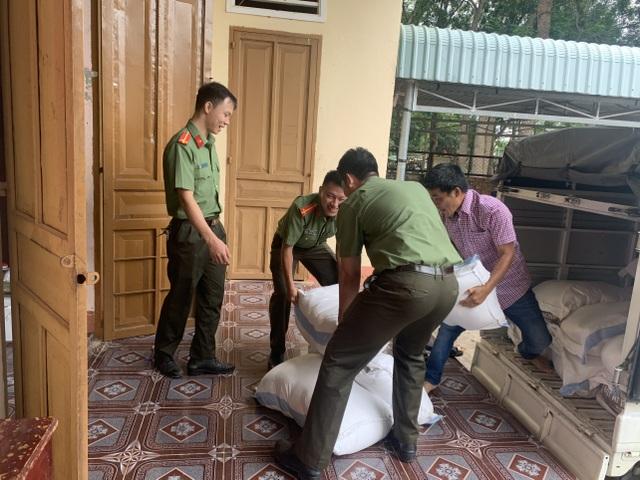 Tuổi trẻ Công an Bình Phước gói 3.000 bánh tét tiếp sức vùng lũ - 1